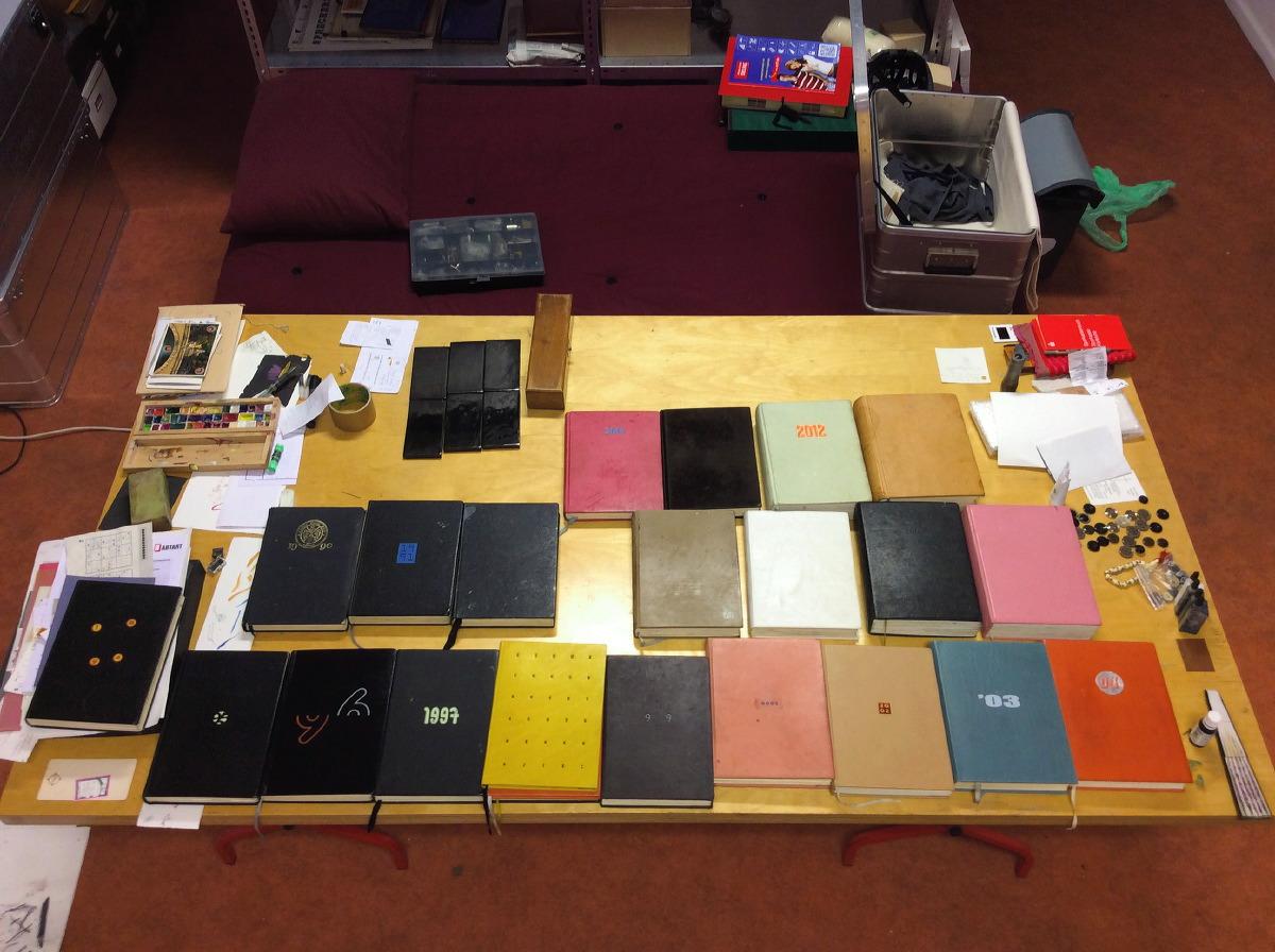 Alle Jahrbücher auf dem Tisch im Atelier.